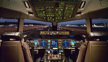 pilotul si stewardesa